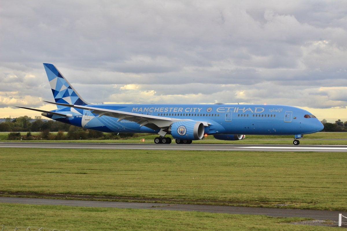 İngiliz futbol devi Manchester City'in ana sponsoru olan Etihad Airways filosunda yer alan Boeing 787-9 Dreamliner'ı kulübün renklerine boyadı.