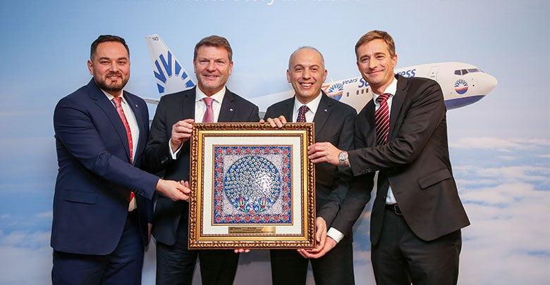 SunExpress Genel Müdür Yardımcısı Ahmet Çalışkan ve SunExpress Almanya Genel Müdür Yardımcısı Alper Özen de Bischof'a teşekkür plaketi takdim etti.